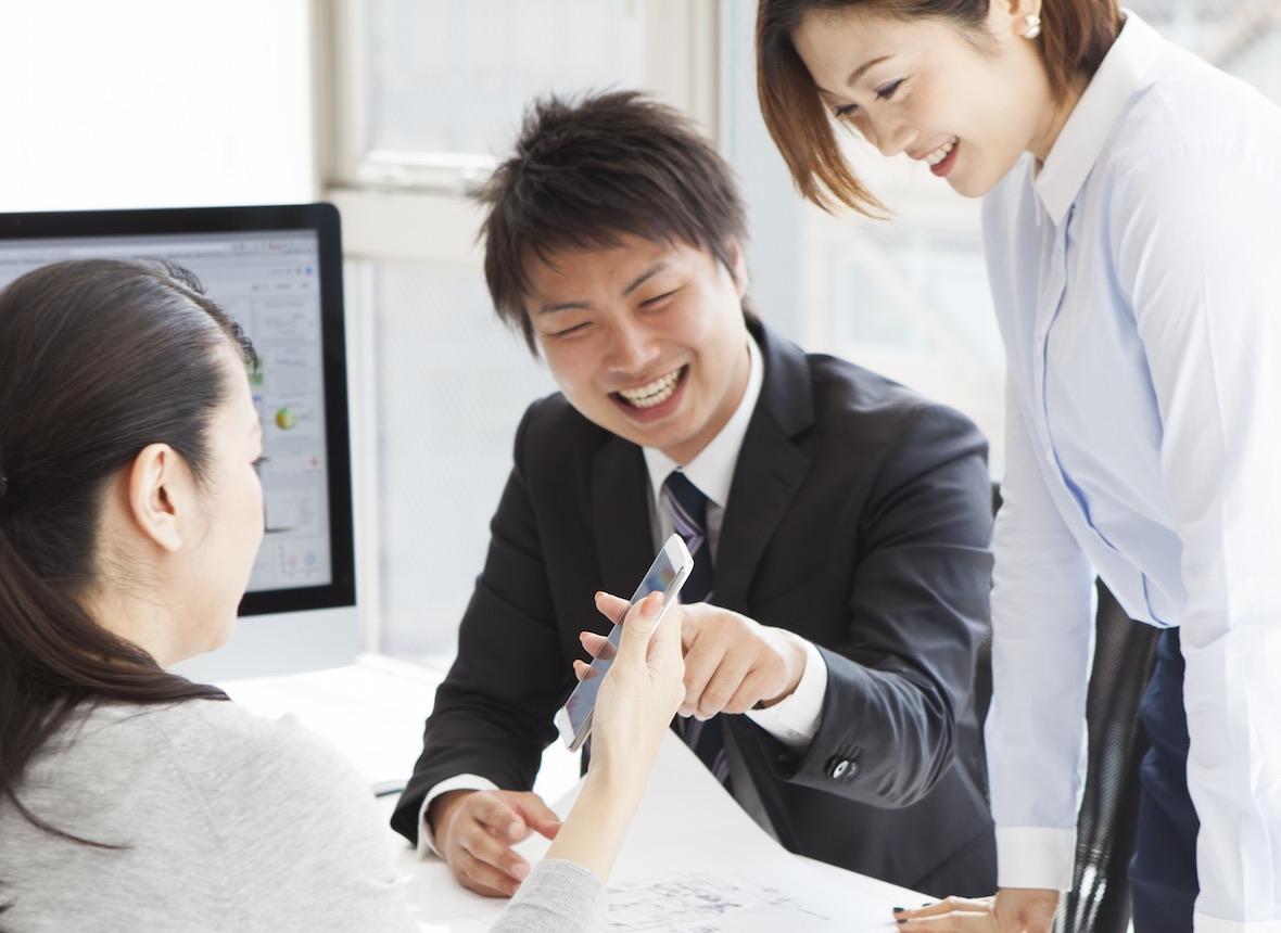 携帯販売のトレーニングをしているビジネスマン