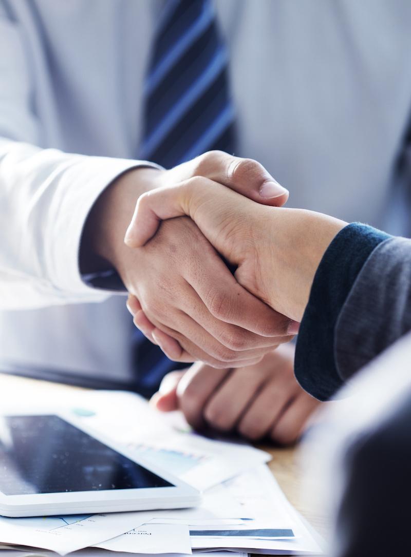 商談が成立して握手しているビジネスマン