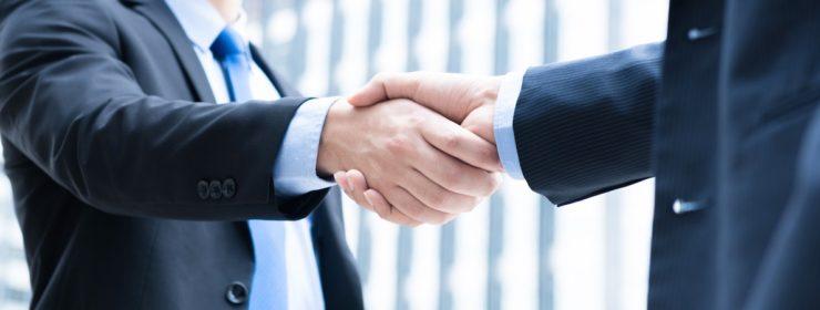 ビジネスマンが握手している写真