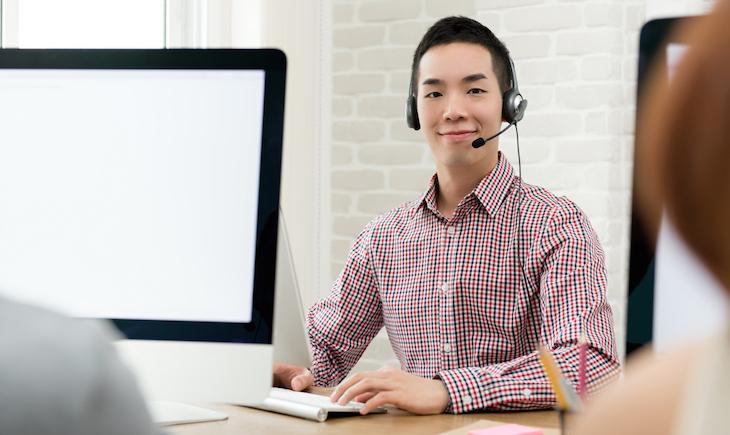 コールセンターで仕事をする男性
