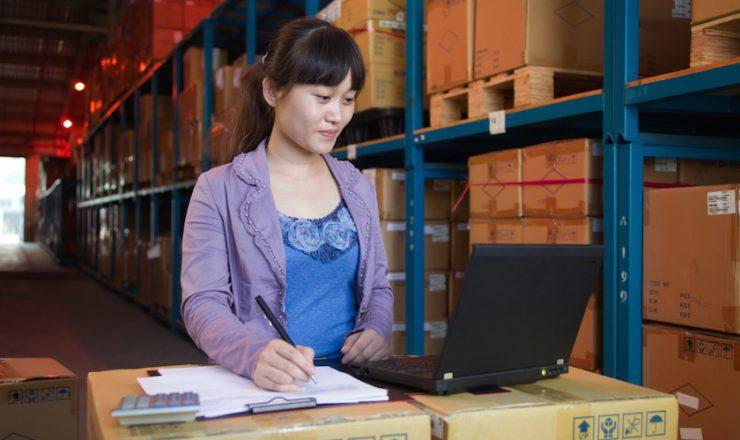 倉庫で働く中国人女性