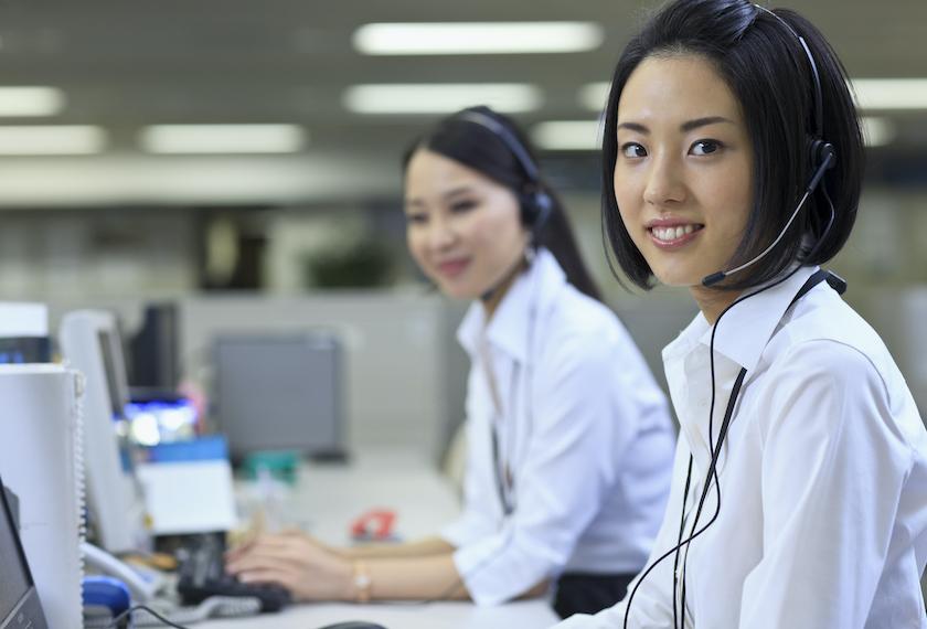 多言語コールセンターでインバウンド通訳する女性