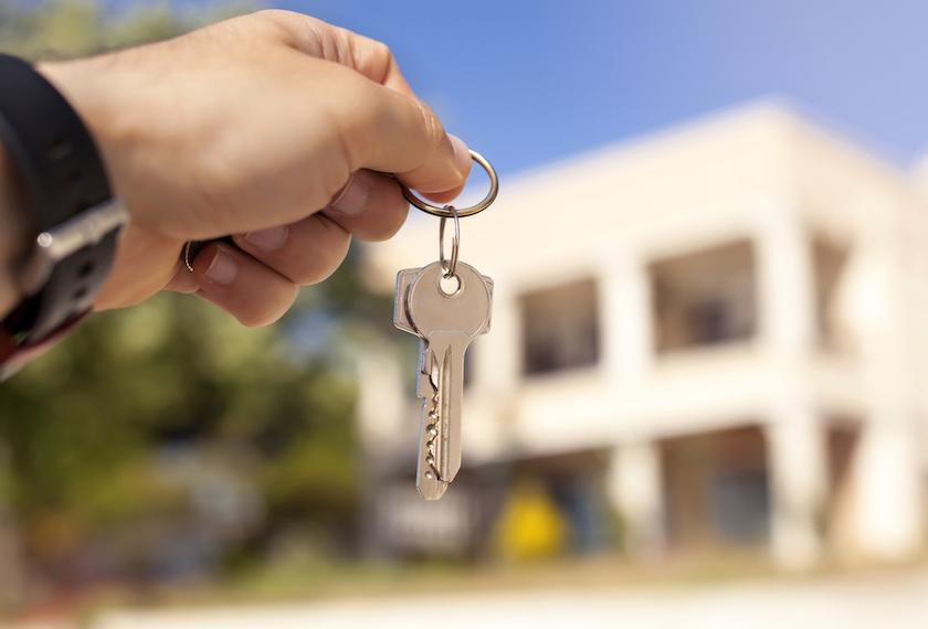 新しい家の鍵を持っている写真