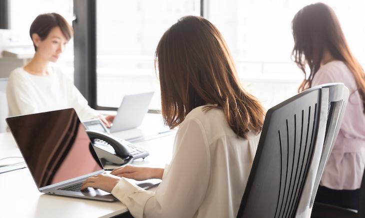 オフィスワークしている女性たち